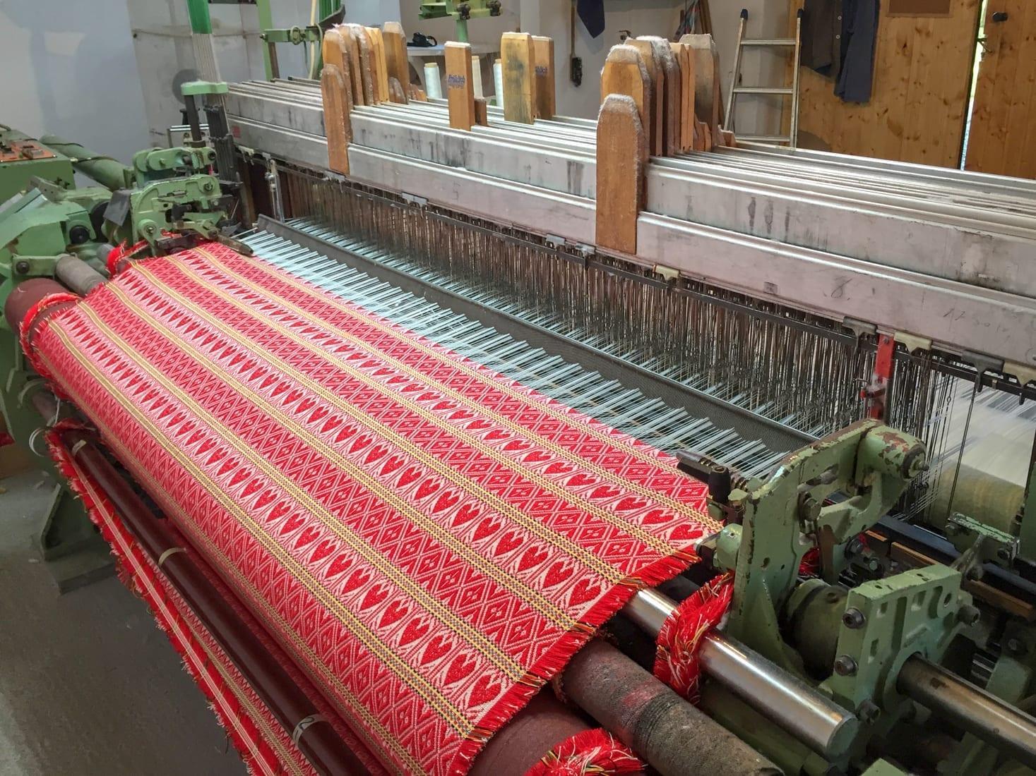 Tkanina na stroju